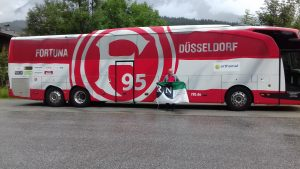 RN vor dem Fortuna-Bus beim Trainingslager in Maria Alm (ca. 610 km)